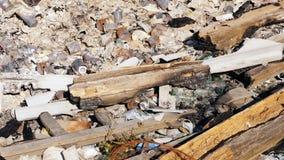 Avskräde metall, på burk, brutet exponeringsglas, brända journaler efter branden Gummin royaltyfria foton