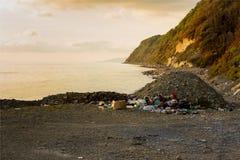 Avskräde och avfalls på stranden arkivbild