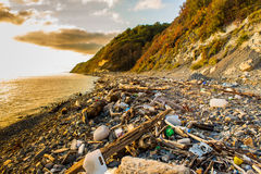 Avskräde och avfalls på stranden royaltyfri bild