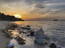 Avskräde och plast- på stranden arkivbild
