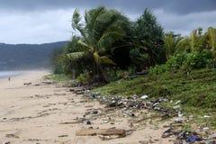 Avskräde på den Karon stranden, Phuket Thailand royaltyfri foto