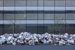 Avskräde på en trottoar fotografering för bildbyråer