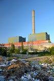 Avskräde runt om en fabrik Arkivbild