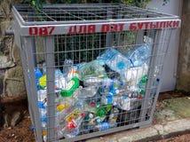 Avskrädebehållaren för att samla tomma plast-flaskor Royaltyfri Fotografi