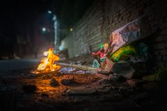 Avskrädebrand på natten med bränning rackar ner på royaltyfri bild
