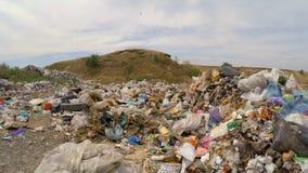 Avskrädeförrådsplats in - mellan kullarna stock video