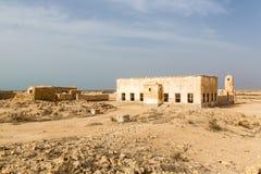 Avskrädeförrådsplats, nedgrävning av sopor på den Micronesian atollsandstranden, södra Tarawa, Kiribati, Oceanien royaltyfri foto