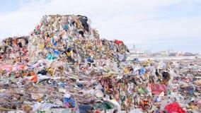 Avskrädeförrådsplats, nedgrävning av sopor, skrot, stadsförrådsplats Dockaskott stock video