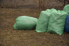 Avskrädepåsar fylls med avfall arkivbild