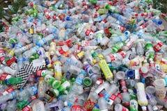 Avskrädeplast-flaskor Arkivfoto