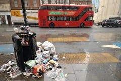 Avskrädeproblem på gatorna av London, England Arkivfoto