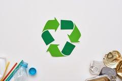 Avskrädesortering sparar världen Skrynkla canns och plast- på hörnen royaltyfri foto