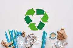 Avskrädesortering sparar världen Skrynkla folie, papper och plast- royaltyfria foton