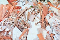 Avskrädetegelplattahögen i konstruktionshus renoverar platsen Royaltyfri Bild