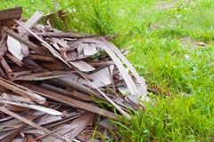 Avskrädetimmerhögen i konstruktionshus renoverar platsen Arkivfoton