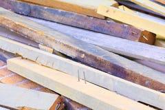 Avskrädetimmerhögen i konstruktionshus renoverar platsen Arkivfoto
