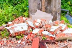 Avskrädetimmerhögen i konstruktionshus renoverar platsen Arkivbild