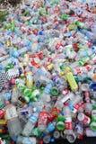 Avskrädeplast-flaskor Arkivbilder