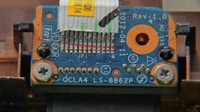 Avskruvning av skruven Rotera skruven på elektroniskt tryckströmkretsbräde arkivfilmer