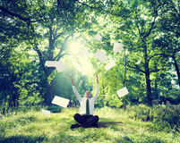 Avslappnande affär som arbetar utomhus- grönt naturbegrepp Royaltyfri Foto