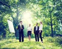 Avslappnande affär som arbetar utomhus- grönt naturbegrepp Royaltyfria Bilder