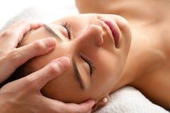 Avslappnande ansikts- massage för makro Royaltyfria Bilder