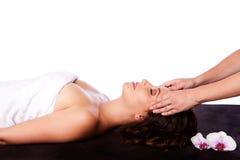 Avslappnande ansikts- massage i brunnsort Fotografering för Bildbyråer