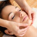 Avslappnande ansikts- massage på den kvinnliga hakan arkivbilder