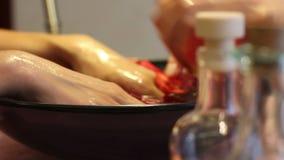 Avslappnande bad för händer med Rose Petals lager videofilmer