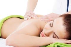 Avslappnande beeing för kvinna som masseras i brunnsortsalong Fotografering för Bildbyråer