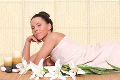 avslappnande brunnsortkvinna Royaltyfria Bilder