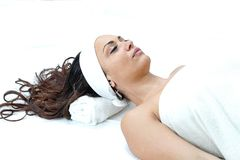 avslappnande brunnsortkvinna royaltyfri foto