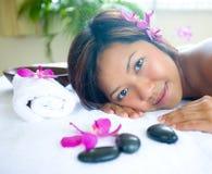 avslappnande brunnsortkvinna för dag Arkivfoton