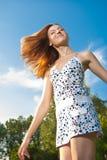 Avslappnande det fria för lycklig kvinna i grönt fält Royaltyfria Bilder