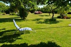 Avslappnande fåtölj för härlig trädgårds- placering Royaltyfria Foton