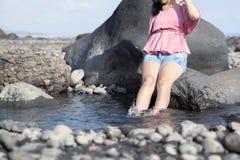 Avslappnande flicka i natur Royaltyfria Foton