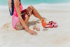 Avslappnande flicka på Maldive öar Arkivfoto