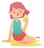 Avslappnande flicka som rymmer en mobiltelefon Arkivfoto