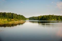 Avslappnande flodlandskap Arkivbilder