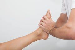Avslappnande fotmassage royaltyfria foton