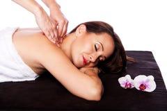 Avslappnande halsskuldermassage i brunnsort Arkivfoton