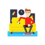 Avslappnande hemma på soffan Royaltyfri Bild