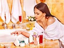 Avslappnande hemmastatt bad för kvinna. Royaltyfri Foto