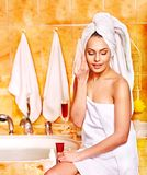 Avslappnande hemmastatt bad för kvinna. Arkivfoto