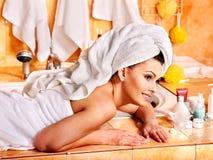 Avslappnande hemmastatt bad för kvinna. Royaltyfri Fotografi