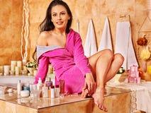 Avslappnande hemmastatt bad för kvinna Royaltyfri Fotografi