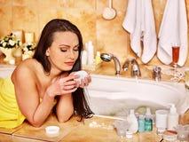 Avslappnande hemmastatt bad för kvinna Fotografering för Bildbyråer