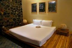 Avslappnande hotellrum och dubbelsäng royaltyfria bilder