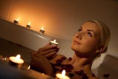 avslappnande kvinna för badrum royaltyfri bild