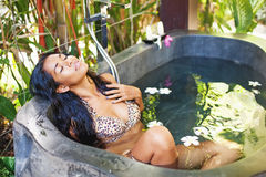 avslappnande kvinna för bubbelpool arkivbild